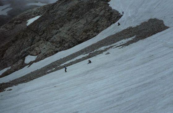 Hautes-Alpes_Les_Lacs_de_Crupillouse_Randonneurs_Descente_Sur_Glissades_081978_-_panoramio